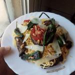Espaguetis con pimientos de padrón, berenjenas y queso manchego @MigueOrtells
