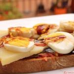 Tosta de anchoas, queso Record, huevos y reducción de vinagre al Pedro Ximenez