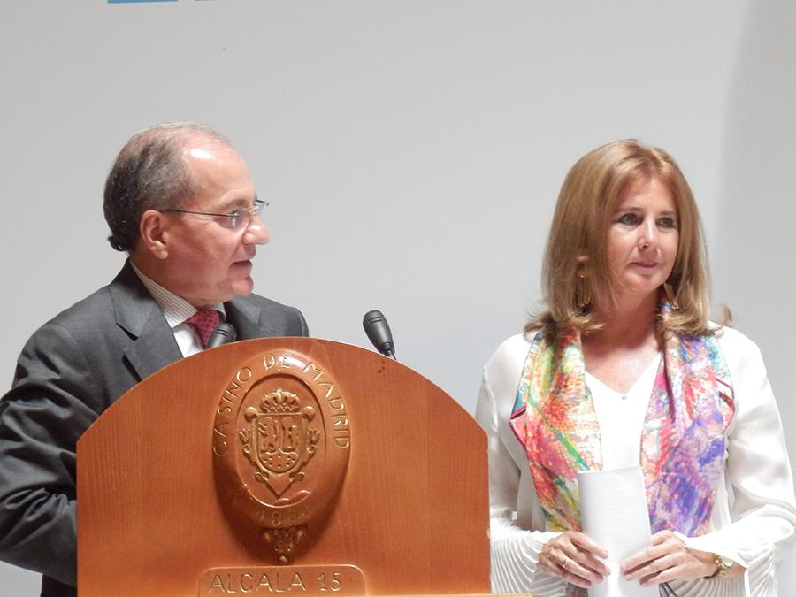 Don Javier Roza, director de la FENIL y Doña Teresa Robledo, directora ejecutiva de la AECOSAN